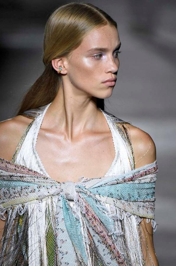 Sotto dalla sfilata di Giorgio Armani… Anche quest anno Armani sceglie  delle acconciature curly… i ricci hanno l aspetto quasi spettinato e poco  definito… fc31250d4c18